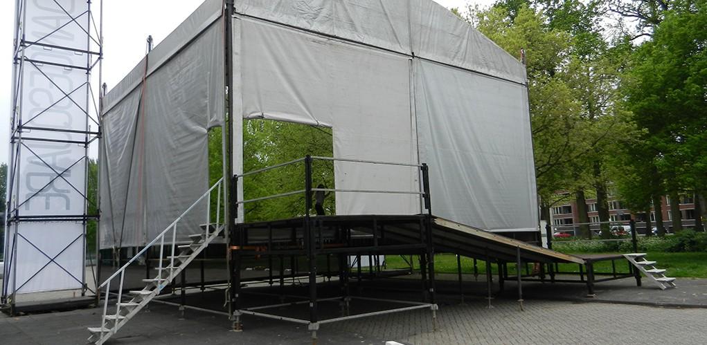 trap 2 m. naar podium, loadingdock en ramp naar 80 cm.